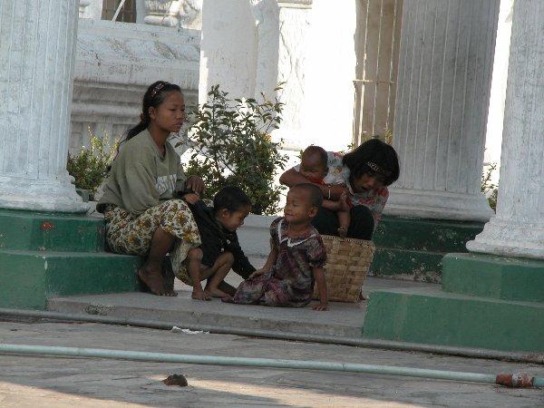 Quelques mendiants peu nombreux quémandent auprès des touristes